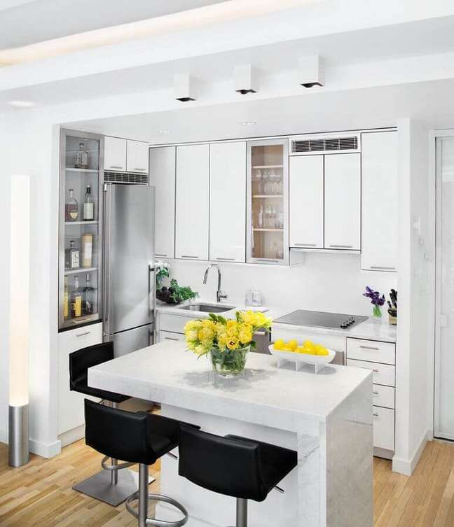 36. Decoração clean com armários brancos para cozinha estilo americana com ilha pequena – Foto: Houzz