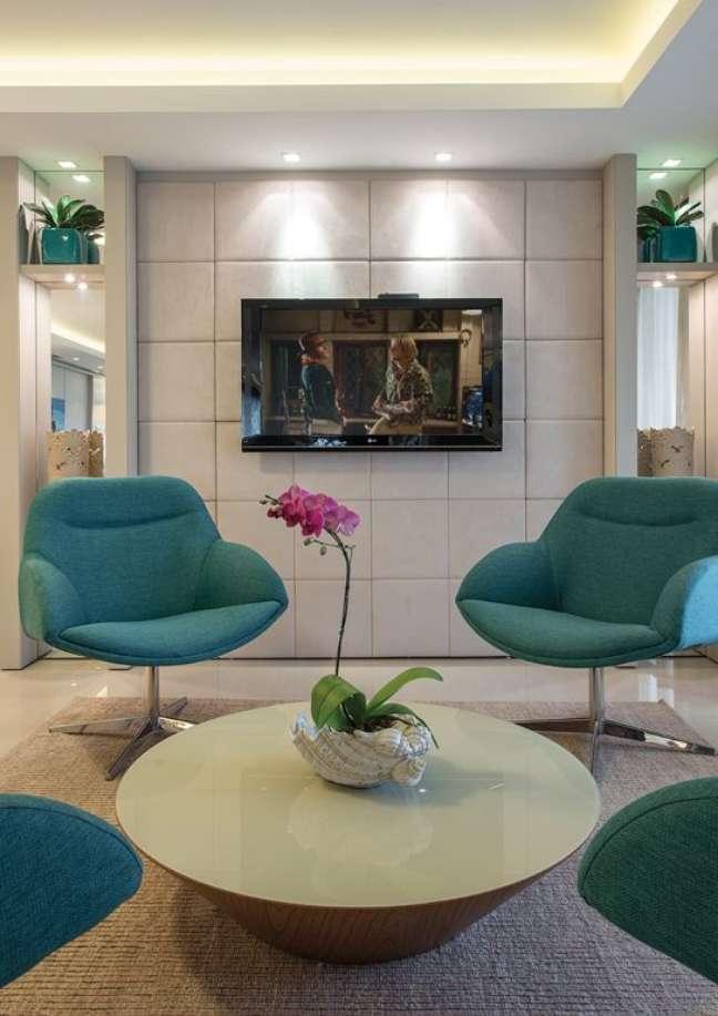6. Sala de espera com poltronas azuis e tv – Foto Arquitrecos