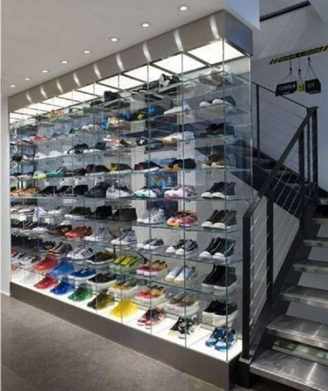 21. A estante de vidro é muito usada em estabelecimento comerciais para exposição de produtos. Fonte: Pinterest