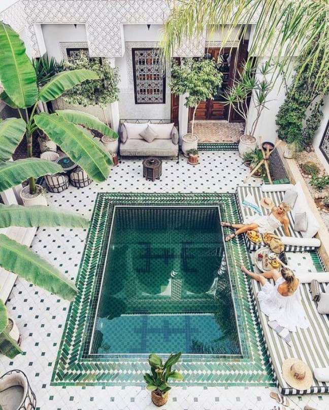 26. Forme diferentes mosaicos na piscina com pastilha verde. Fonte: Pinterest