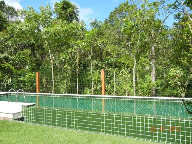 31. O azulejo de piscina verde se mistura a vegetação do terreno. Projeto de Olegário de Sá & Gilberto Cioni
