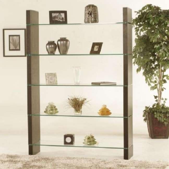 18. A estante de vidro chama a atenção pela sua beleza. Fonte: Pinterest