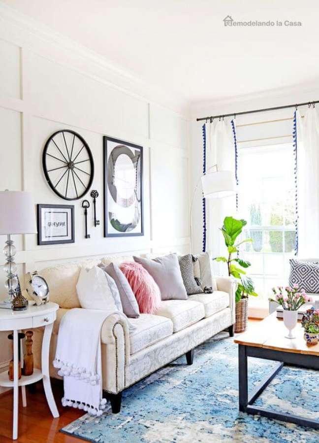 103. Sala com moldura de isopor no teto e na parede decorada com quadros em preto – Foto Cristina la Casa