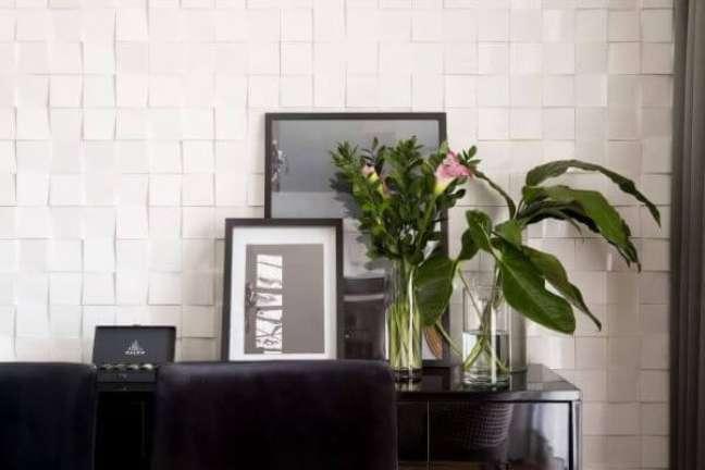 96. Parede de sala decorada com azulejo 3D branco geometrico – Foto Oficina 11.11