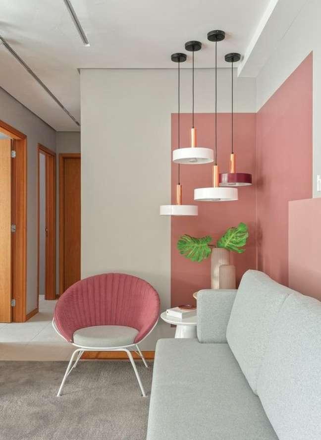 119. Sala de estar com parede decorada em tons de rosa e branco e sofá cinza claro – Foto Revista Casa e Jardim