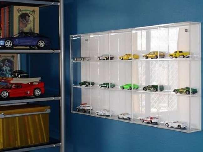 17. A estante de vidro ajuda a organizar as coleções de carrinhos. Fonte: Pinterest
