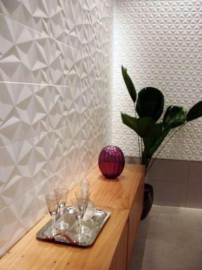 120. Sala de estar com porcelanato 3D branco e aparador de madeira para bar – Foto Simples Decoração