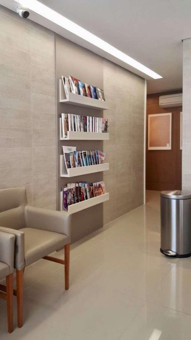 7. Sala de espera com prateleiras de revistas – Foto ungaretti costacurta Arquitetura