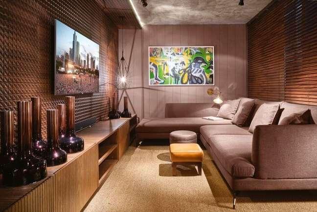 124. Sala de estar com tons de marrom e sofá confortável – Foto Pinterest