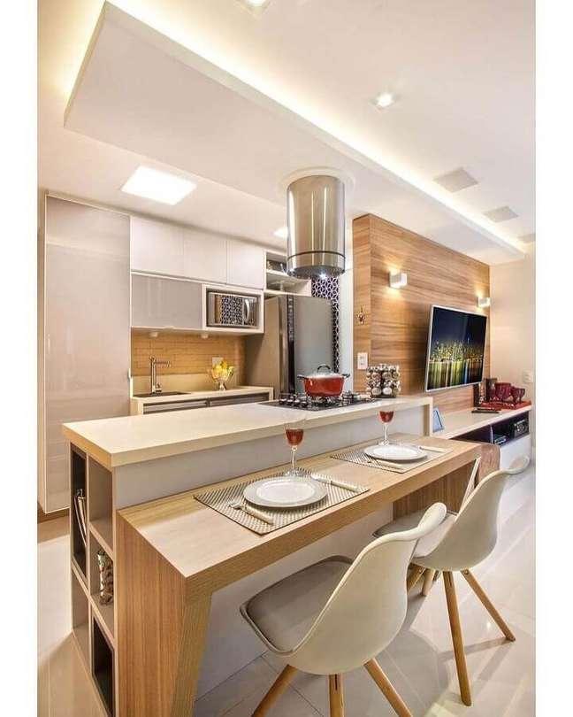 26. Cinza claro para decoração de cozinha estilo americana pequena com bancada de madeira – Foto: Pinterest
