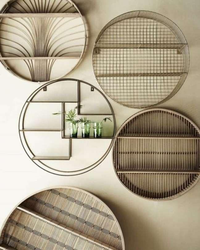 43. Parede de sala decorada com nichos redondos e criativos em diferentes tamanhos e estilos – Foto Pinterset