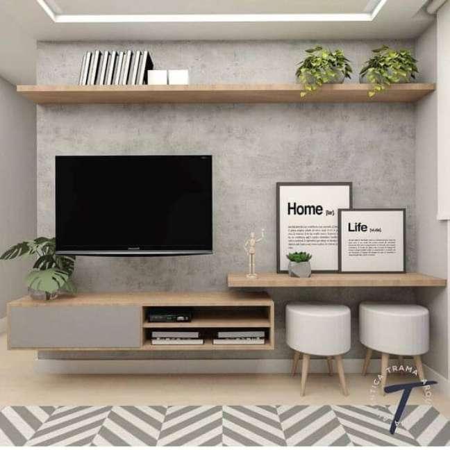 82. Sala decorada com parede de cimento queimado e móveis de madeira – Foto Video Ware
