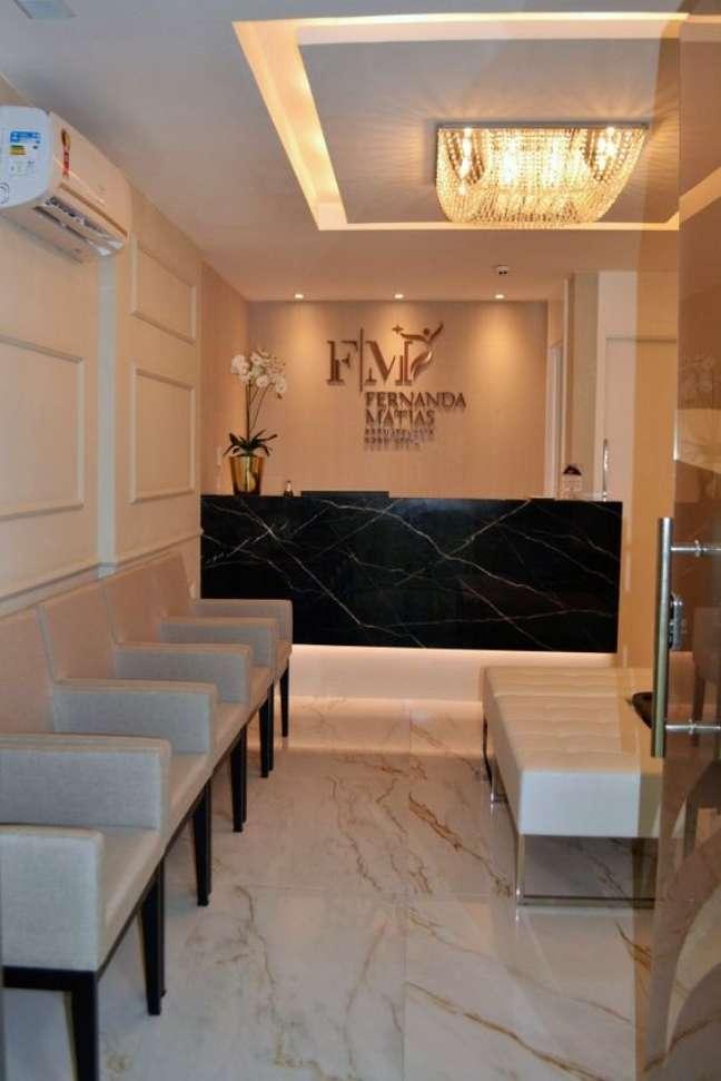 43. Sala de espera com balcão de marmore preto – Foto Rubatino Arquitetura[