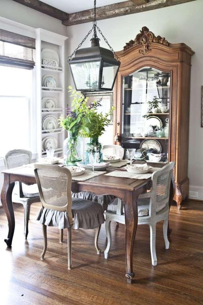 79. Sala de jantar rústica com mesa provençal e cristaleira de madeira – Foto Pinterest