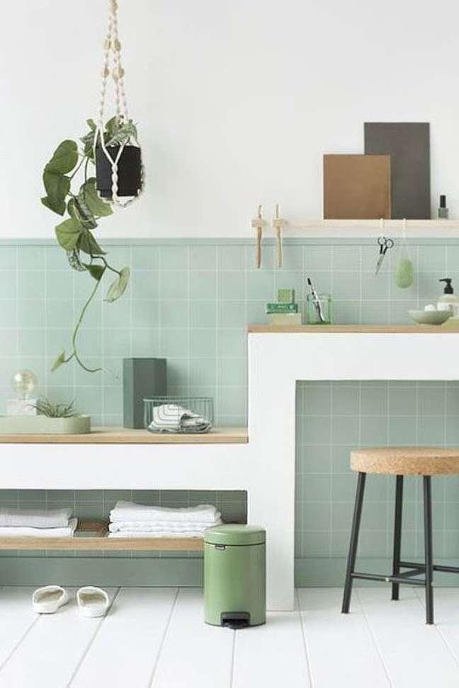 32. Parede de sala decorada com azulejo verde claro e plantas suspensas – Foto Ctendance