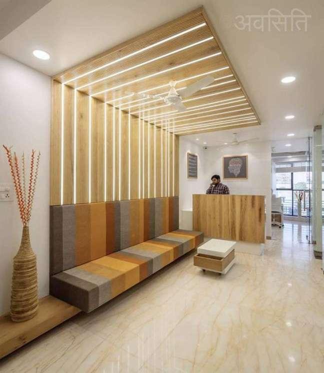 62. Sala de espera com sofá planejado listrado e moderno – Foto The Architects
