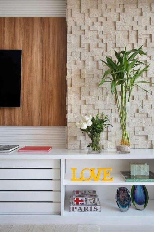 59. Parede de sala decorada com revestimento 3D e amadeirado – Foto Casa Vogue