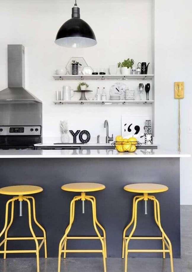 20. Banqueta amarela para decoração de cozinha estilo americana cinza com ilha – Foto: Houzz