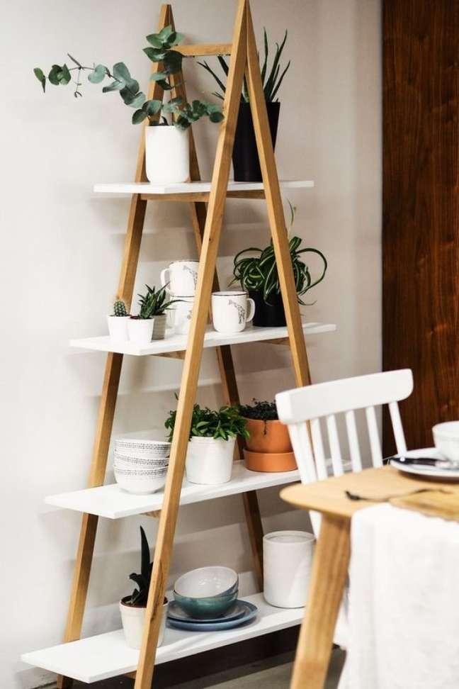68. Sala de jantar com estante cavalete escada – Foto SaraH lwinsombe