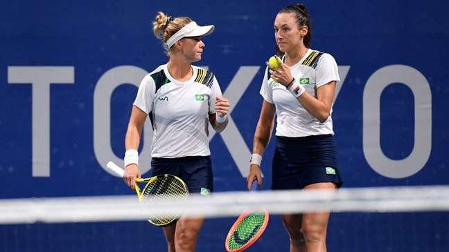 Laura Pigossi e Luisa Stefani durante partida nos Jogos Olímpicos de Tóquio 27/07/2021 REUTERS/Piroschka Van De Wouw