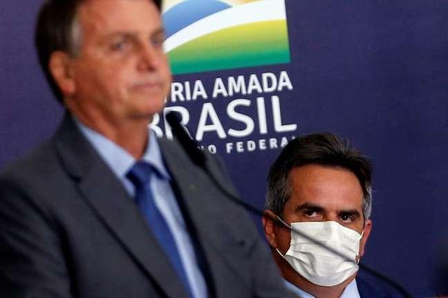 Presidente Jair Bolsonaro é observado por Ciro Nogueira durante cerimônia no Palácio do Planalto 27/07/2021 REUTERS/Adriano Machado