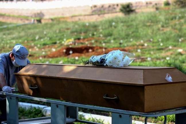 Enterro de vítima da Covid-19 em cemitério de Porto Alegre 06/04/2021 REUTERS/Diego Vara