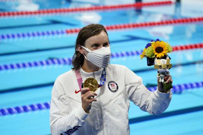 Katie Ledecky exibe a medalha de ouro conquistada na prova dos 1500m livre em Tóquio