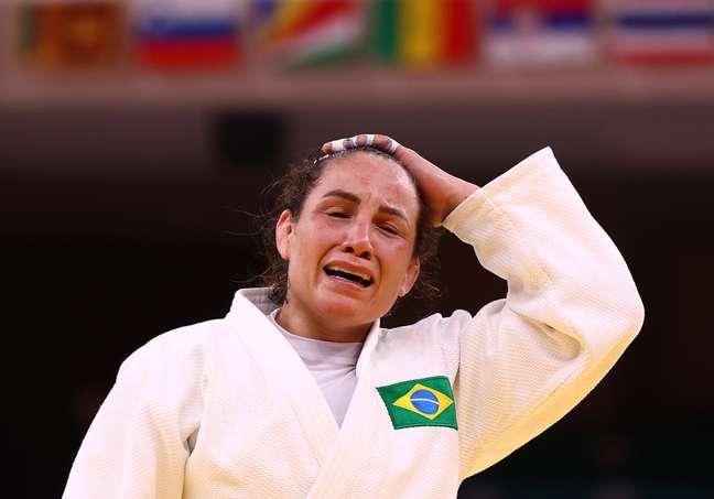 Maria Portela chora após ser eliminada em luta com decisão polêmica da arbitragem