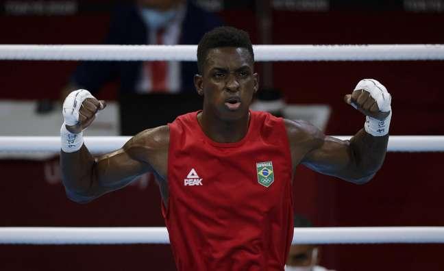 Keno Machado comemora vitória na sua luta de estreia no boxe da Olimpíada