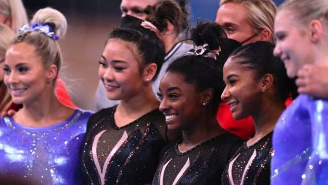 Biles (ao centro) lidera a equipe de ginástica feminina dos EUA em Tóquio