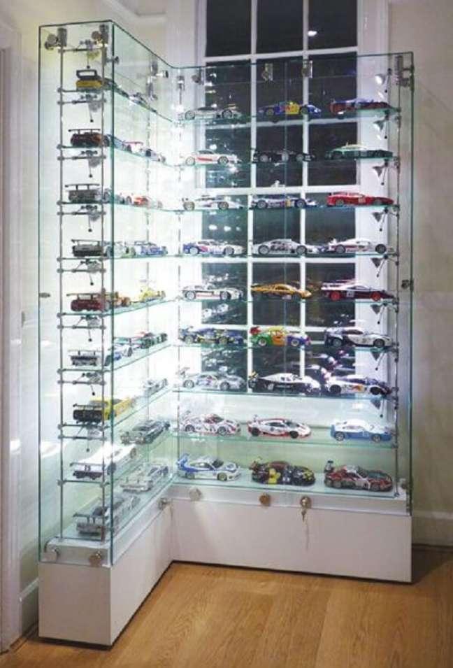 35. Estante de vidro de canto organiza os carros colecionáveis. Fonte: Pinterest