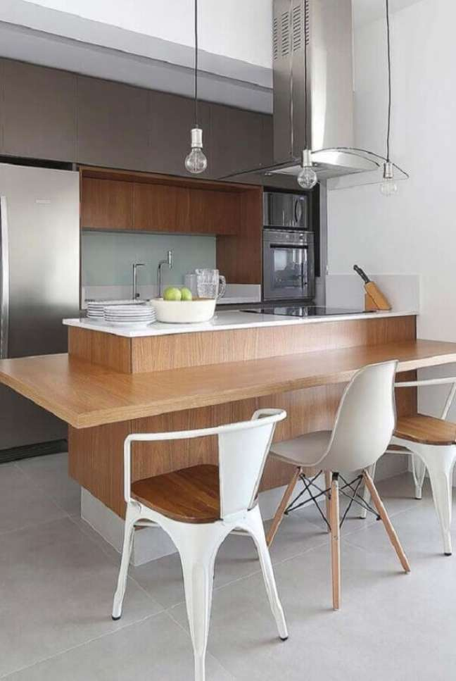 3. Cadeiras diferentes para decoração de cozinha planejada estilo americana – Foto: Jeito de Casa