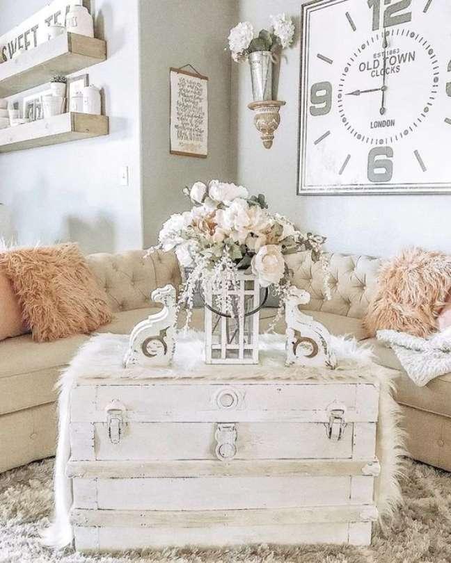 126. Sala de estar decorada com baú de madeira branca – Foto Joss e Main