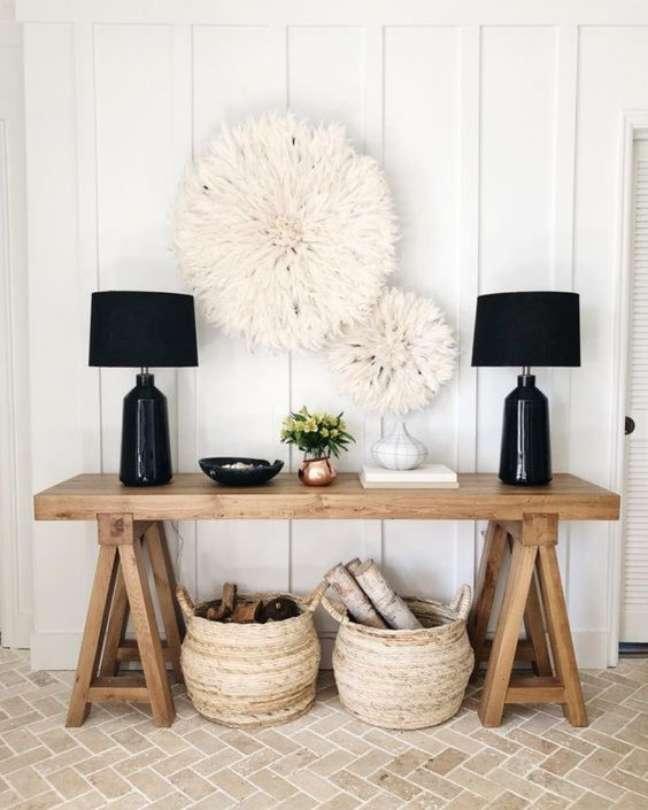 26. Aproveite para decorar a parede da sala com lindos enfeites DIY para combinar com o aparador de madeira rustico – Foto The Decorista