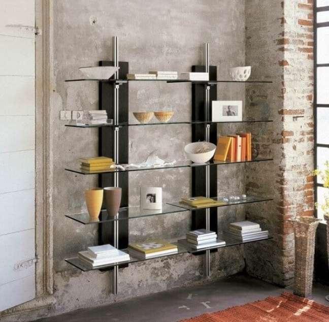 24. A estante de vidro para sala acomoda vários itens de decoração. Fonte: Pinterest