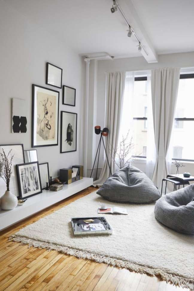 87. Sala grande decorada com puff fofão – Foto elle Magazine