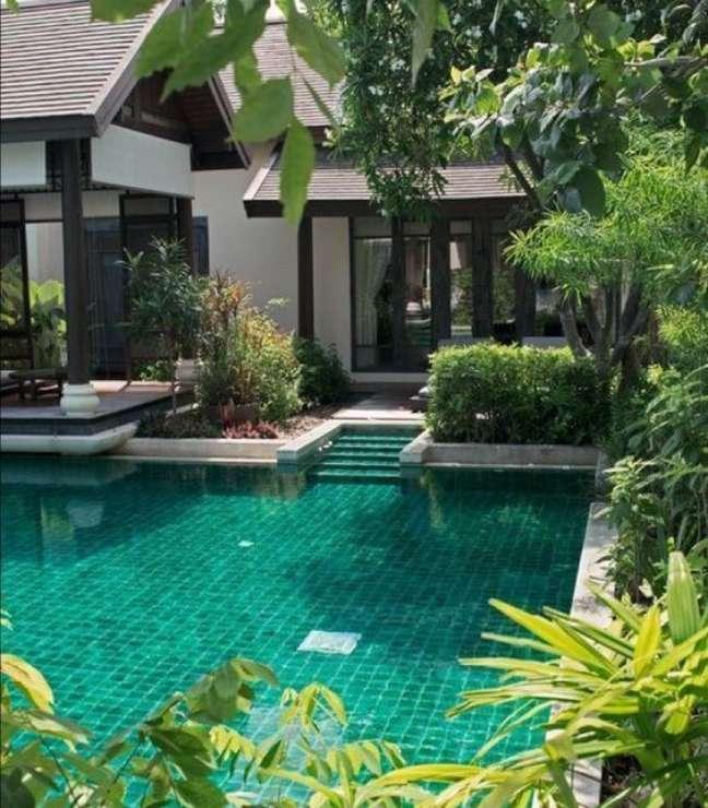 45. Projeto de casa com piscina verde esmeralda. Fonte: Pinterest