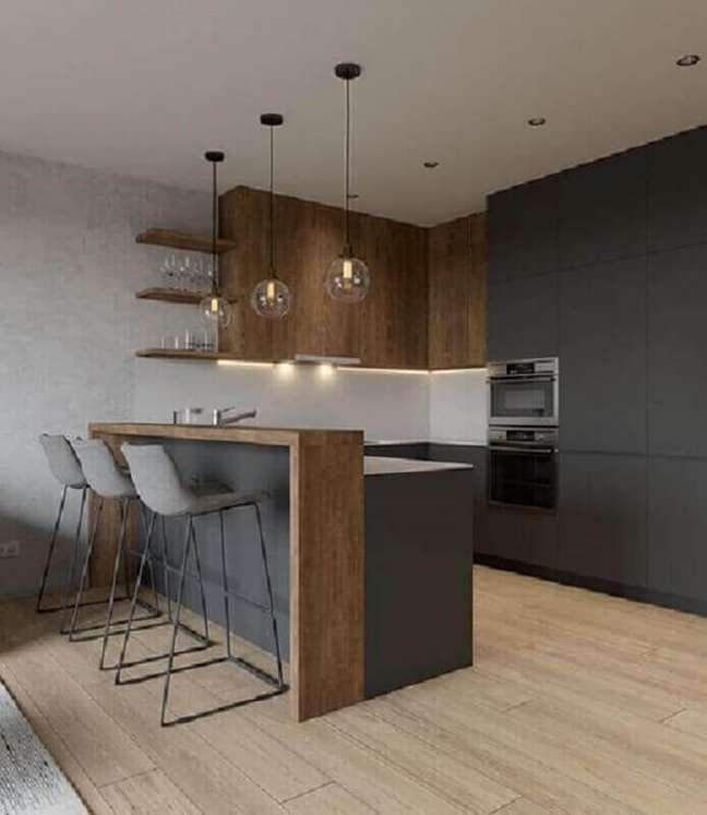 10. Armário aéreo e bancada de madeira para decoração de cozinha planejada estilo americana cinza escuro – Foto: Pinterest