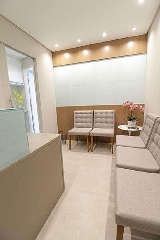 20. Sala de espera pequena com cadeiras cinza – Foto Apsp Arquitetos
