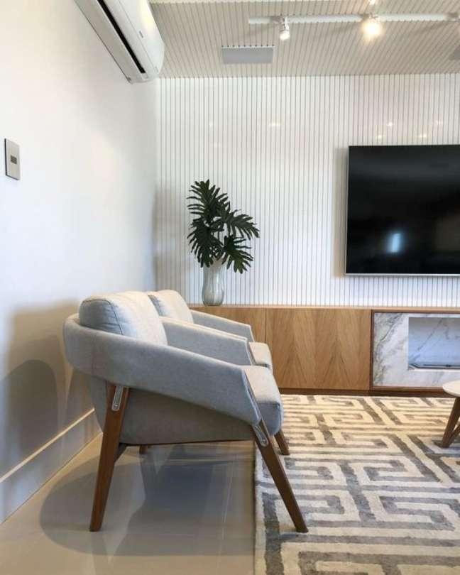 37. Poltronas para sala de espera com tv e decoração moderna – Foto Pinterest