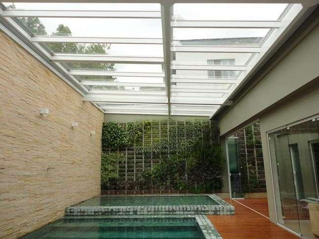 40. O revestimento verde para piscina traz um toque especial para a área de lazer. Fonte: Revista Viva Decora