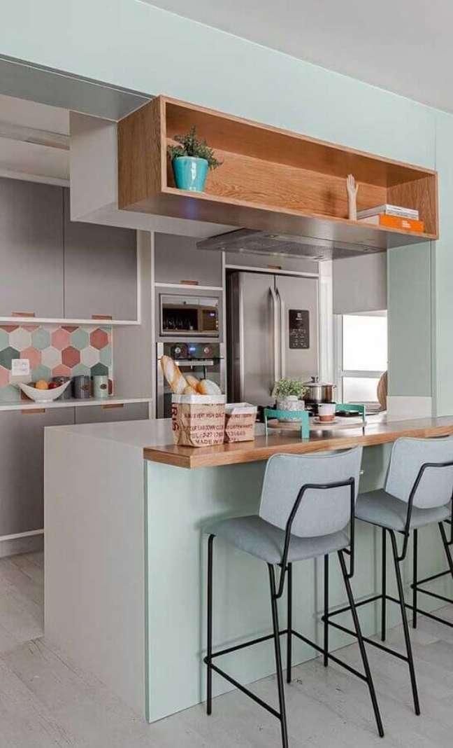 30. Cozinha estilo americana cinza decorada com bancada e nicho de madeira e revestimento colorido – Foto: Jeito de Casa