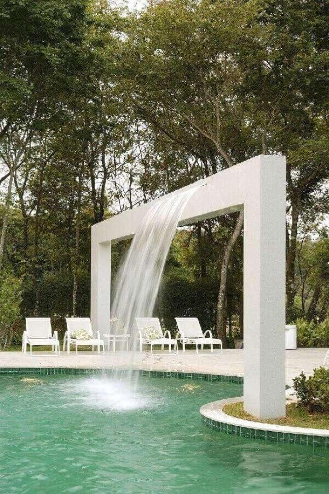 34. O céu é o limite quando pensamos em azulejo para piscina verde. Projeto por Gislene Lopes