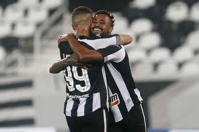 Rafael Navarro e Diego Gonçalves comemoram gol do Botafogo (Foto: Vítor Silva/Botafogo)
