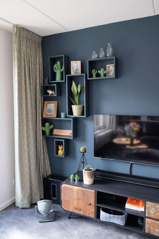 62. Parede de sala decorada com tinta azul e nichos da mesma cor para decorar com plantas – Foto Pinterest