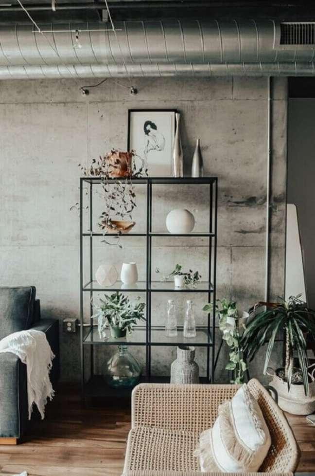 30. Decoração simples com parede de cimento queimado e estante de vidro. Fonte: Futurist Architecture