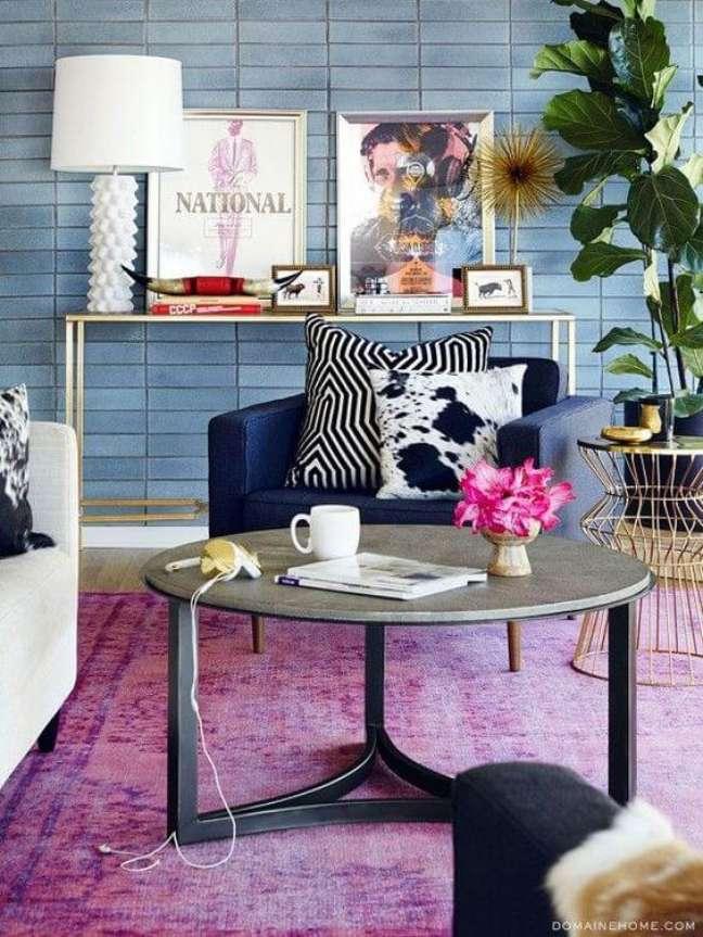 5. Parede de sala decorada com tons de azul e lavanda – Foto Fashionismo
