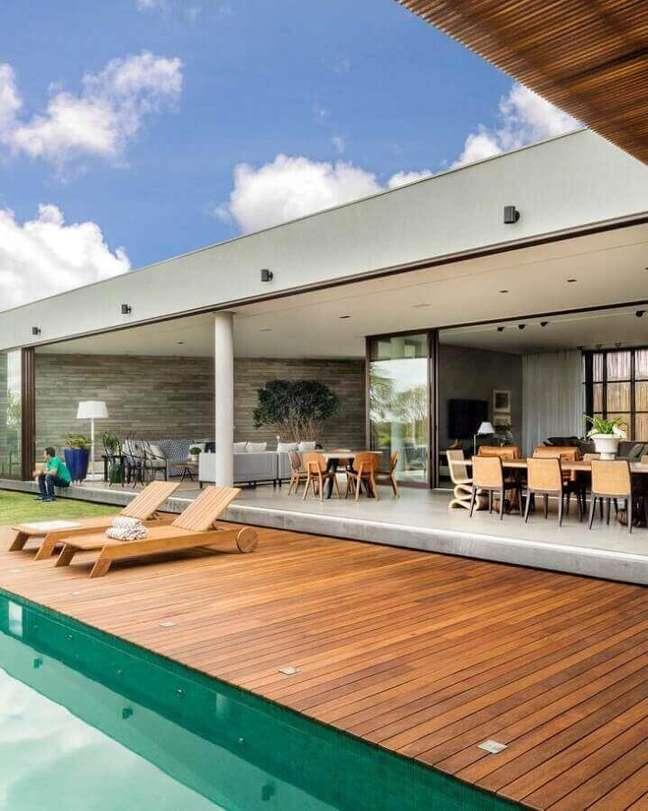 7. A espreguiçadeira traz muito conforto para quem deseja aproveitar a piscina verde do imóvel. Fonte: Bittar Arquitetura
