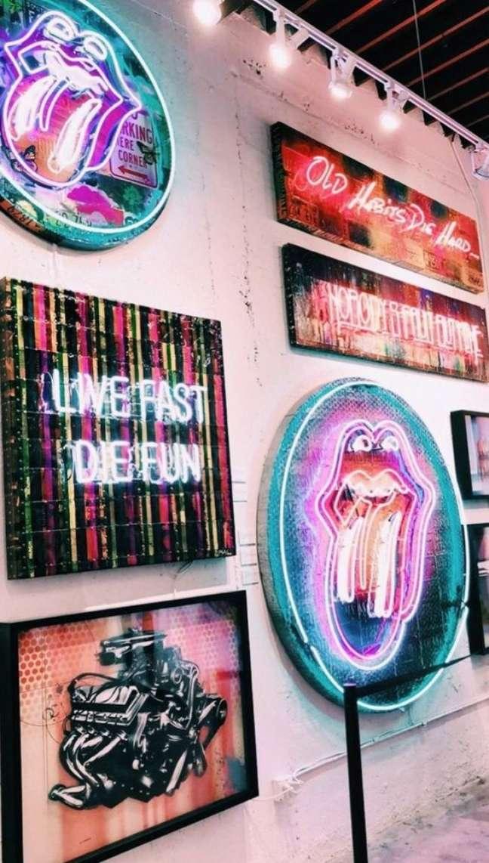 54. Parede de sala decorada com quadros de luz neon super modernos – Foto VSCO