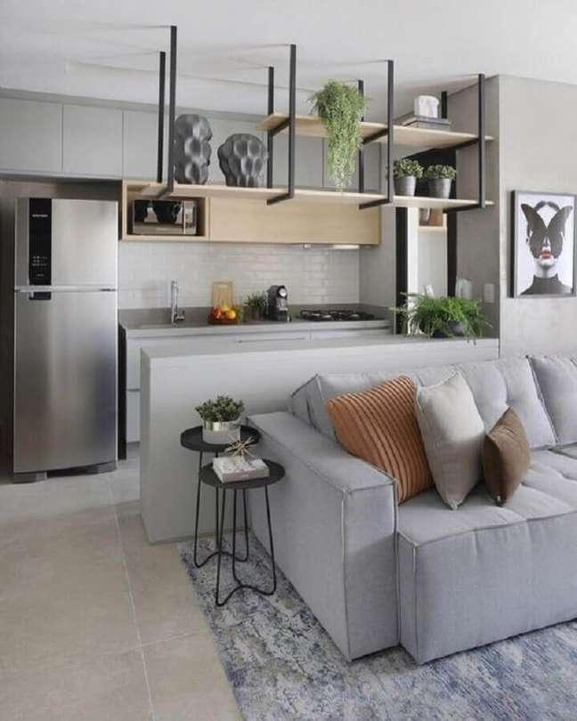 29. Cozinha estilo americana cinza decorada com armário aéreo de madeira e prateleira industrial – Foto: Jeito de Casa